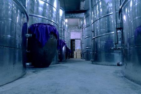 貯蔵タンクで熟成させている琉球 泡盛