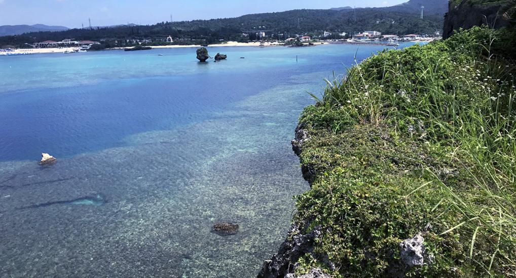 沖縄のみならず全国で愛され続ける「琉球泡盛 萬座」を恩納村唯一の酒造所で変わらぬ味と香りを守り続ける。